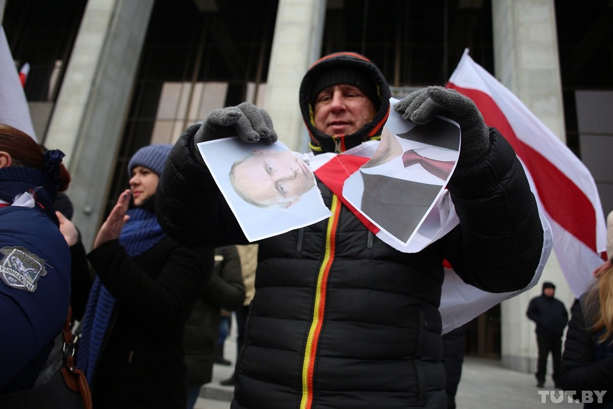 """""""Слава нації!"""", """"Живе Білорусь!"""" – у центрі Мінська на акції протесту порвали портрети Путіна. ВIДЕО"""