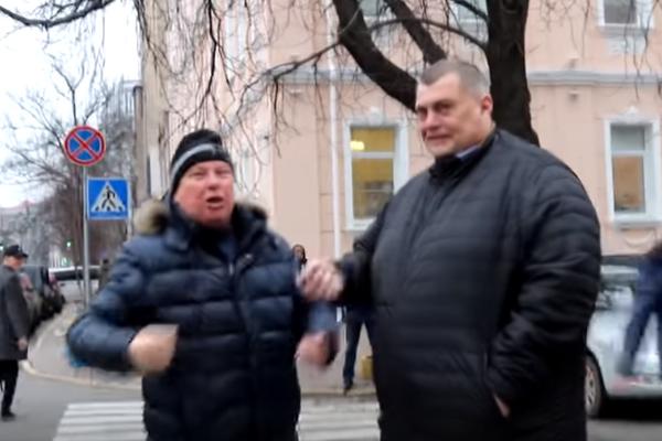 """Вулиця – не """"Квартал"""": Як нардепа """"Юзіка"""" заскочили протестувальники поблизу Верховної Ради (відео)"""