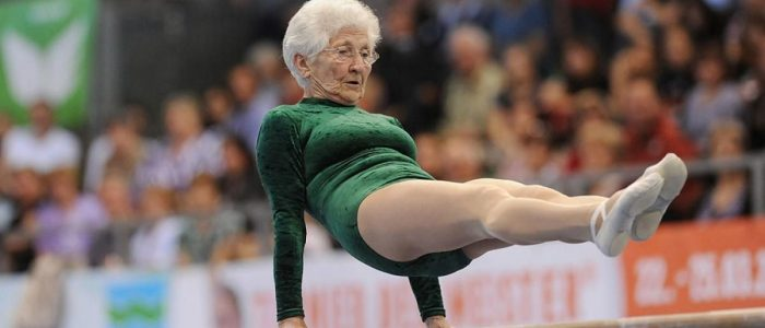 Ця мила бабуся в 95 років з легкістю робить професійні трюки на брусах
